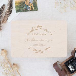Houten memorybox met krans en naam