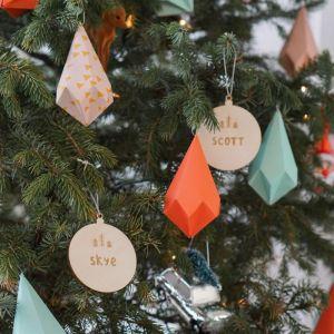 Gepersonaliseerde kerstbal met dennenboompjes