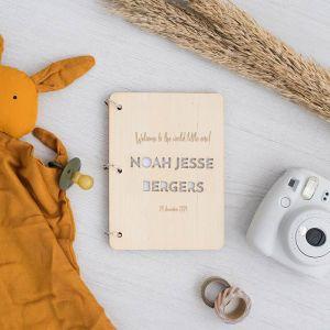 Gepersonaliseerd babyboek met uitgesneden naam